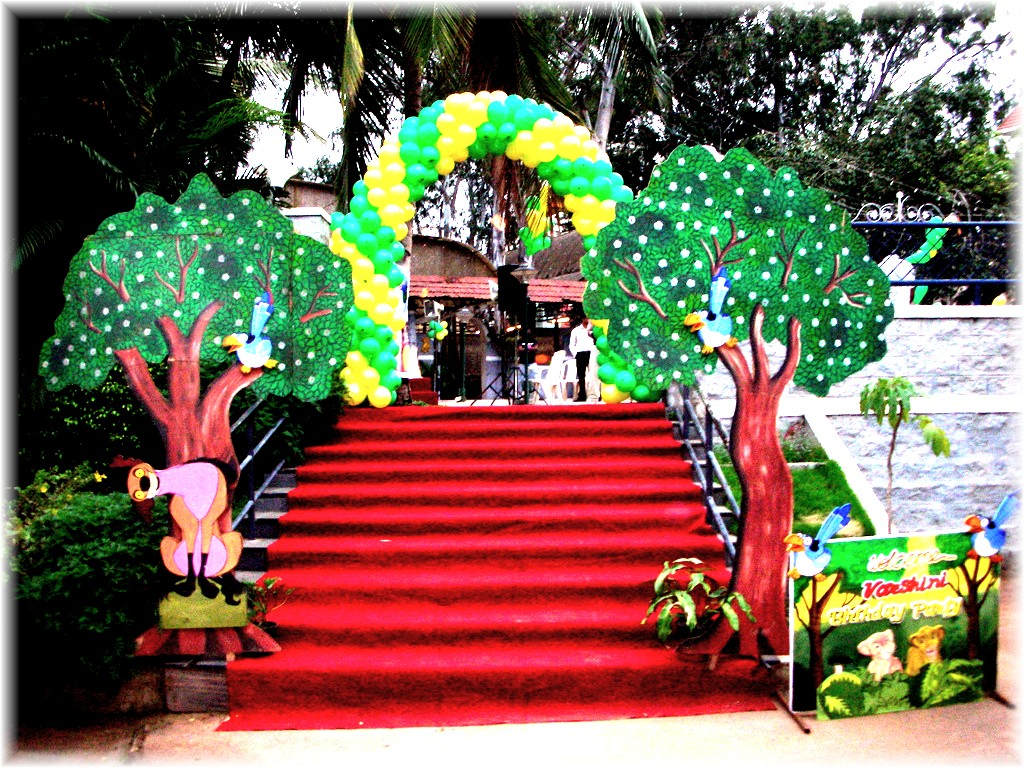 Balloon arch and cardboard cutouts for a great party for Balloon arch decoration ideas